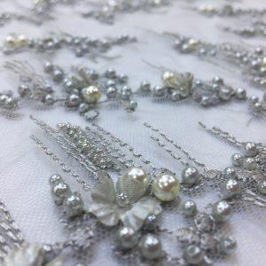 Dantela 3D gri-perlat accesorizata cu perle si flori