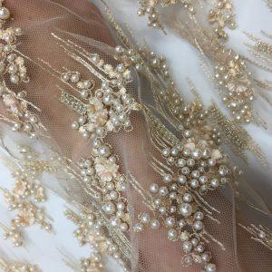 Dantela 3D nude-piersiciu pastel accesorizata cu perle si flori