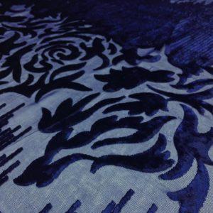 Catifea de matase naturala bleumarin aplicata pe voal