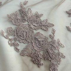 Broderie taupe