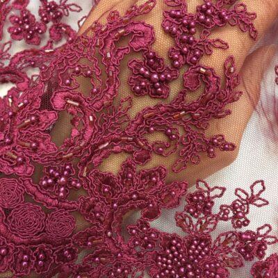 Broderie burgundy accesorizata cu margele