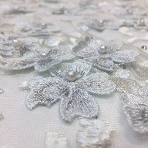Broderie 3D alba cu fir lame argintiu