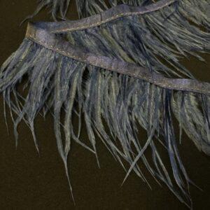 Banda satinata albastru-inchis cu fulgi de strut