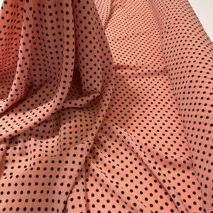 Tesatura tip viscoza piersicie cu imprimeu buline negre