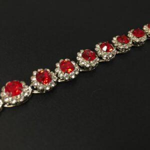 Banda decorativa argintie cu strasuri rosii si transparente